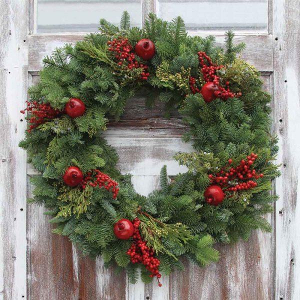 Kerstkrans op houten deur.