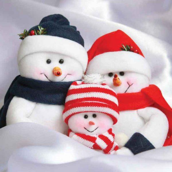 Kinder sneeuwpoppetjes in sneeuwachtergrond
